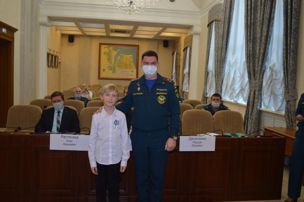 Девятилетний дончанин награжден медалью МЧС России за спасение сестры из пожара