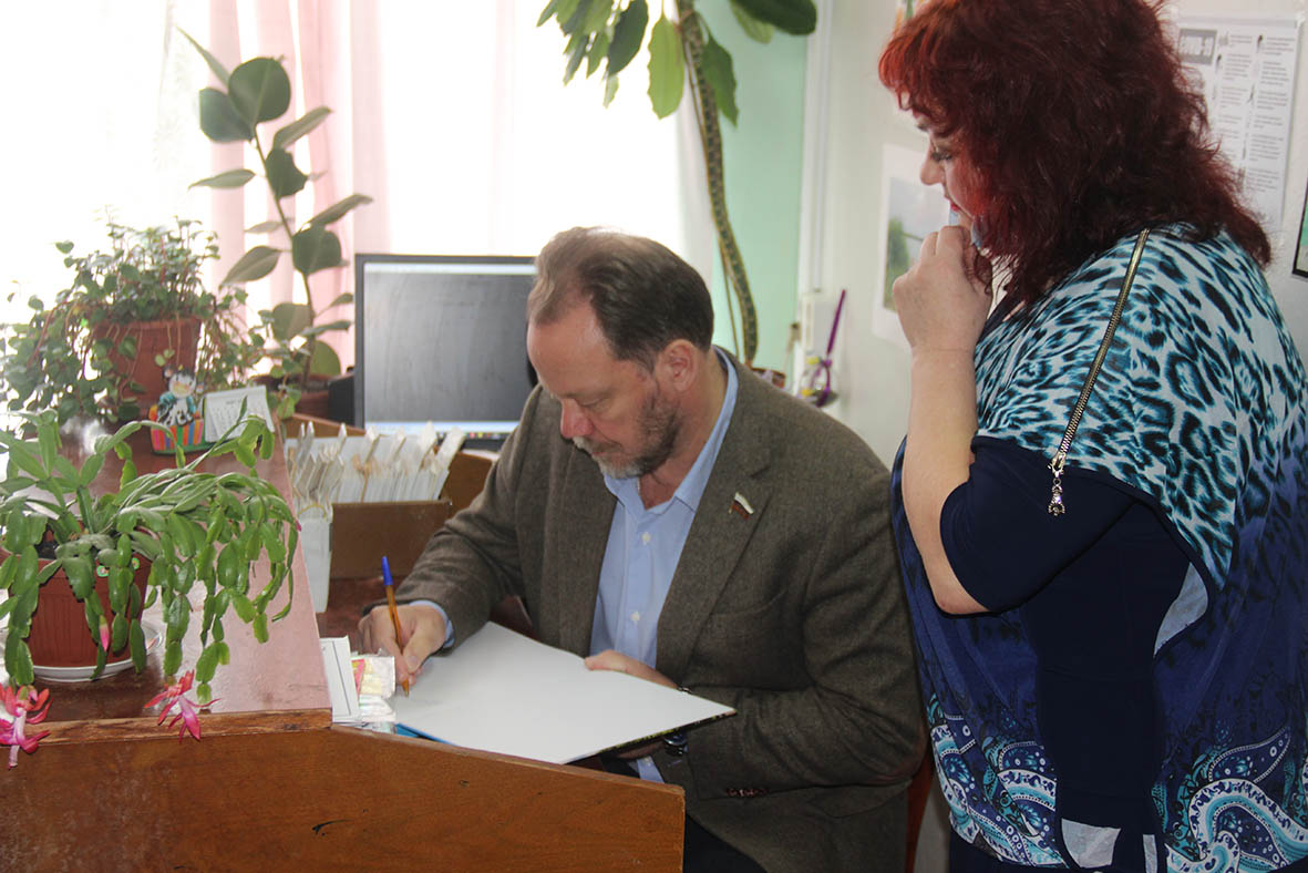 Александр Шолохов оставил памятную надпись в  альбоме  и пригласил миллеровцев в Вешенскую