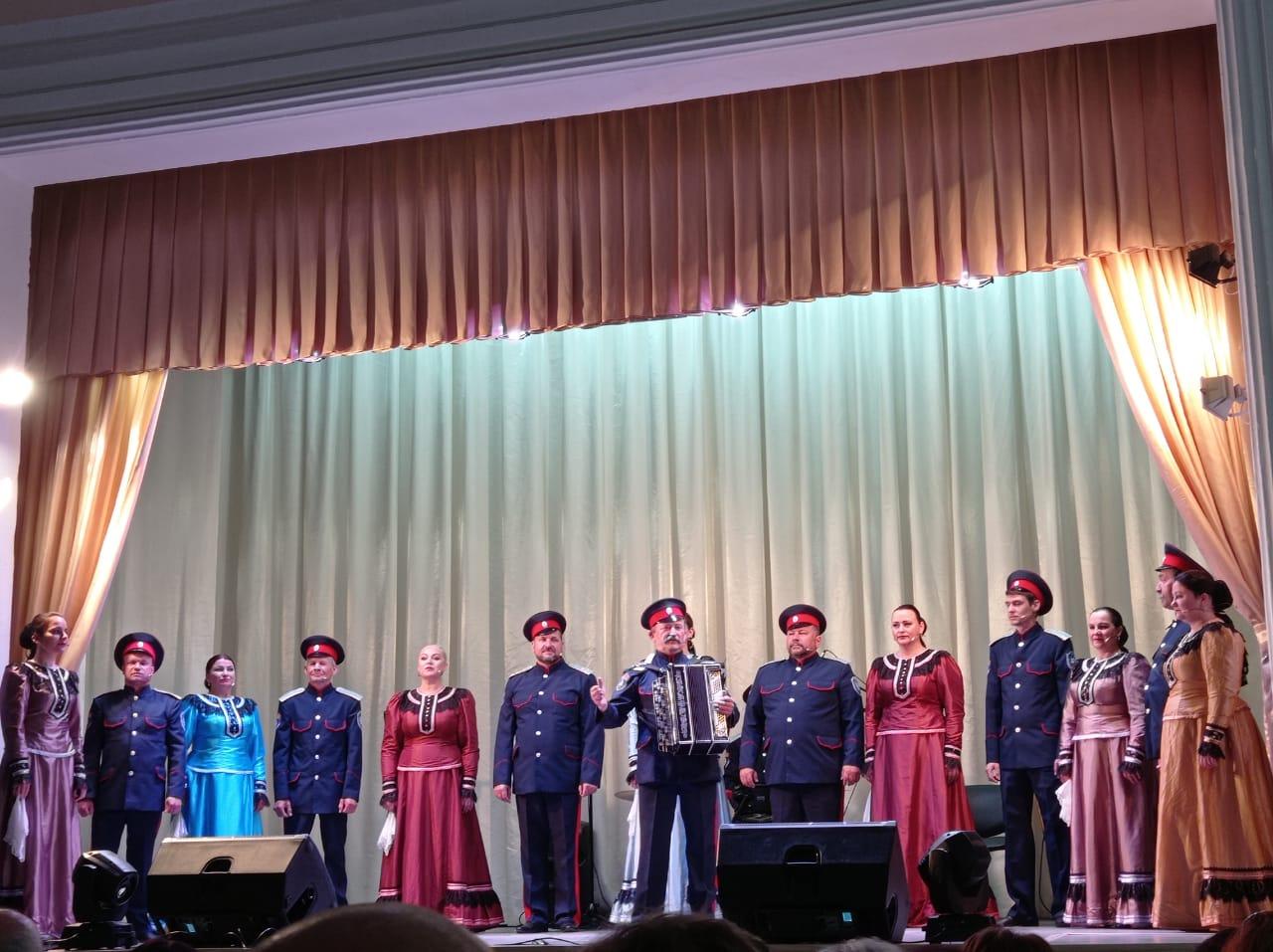 Концерт казачьего ансамбля «Православный Дон» вновь покорил миллеровских зрителей