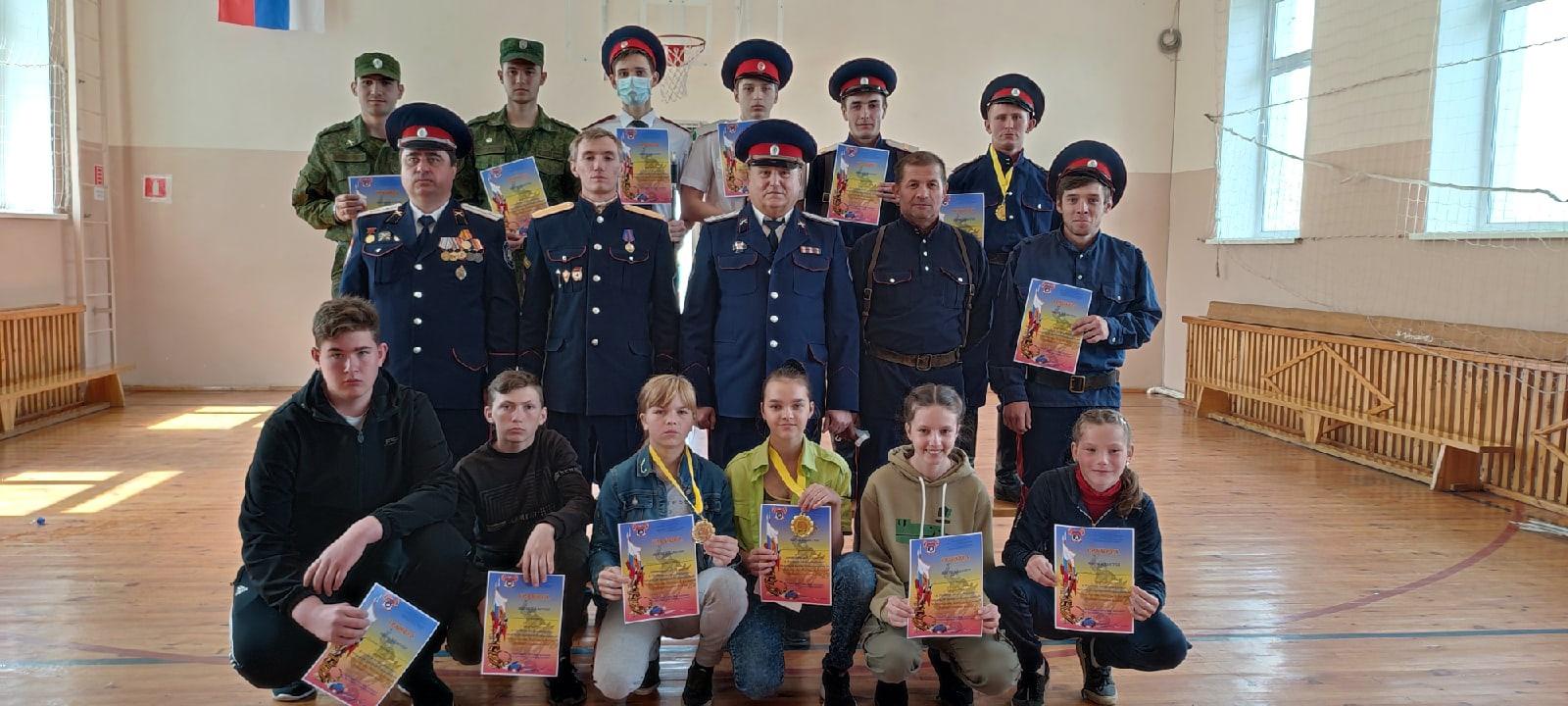 В миллеровской казачьей школе № 2 прошли соревнования по фланкировке казачьей шашкой, посвященные 76-й годовщине Победы в Великой Отечественной Войне