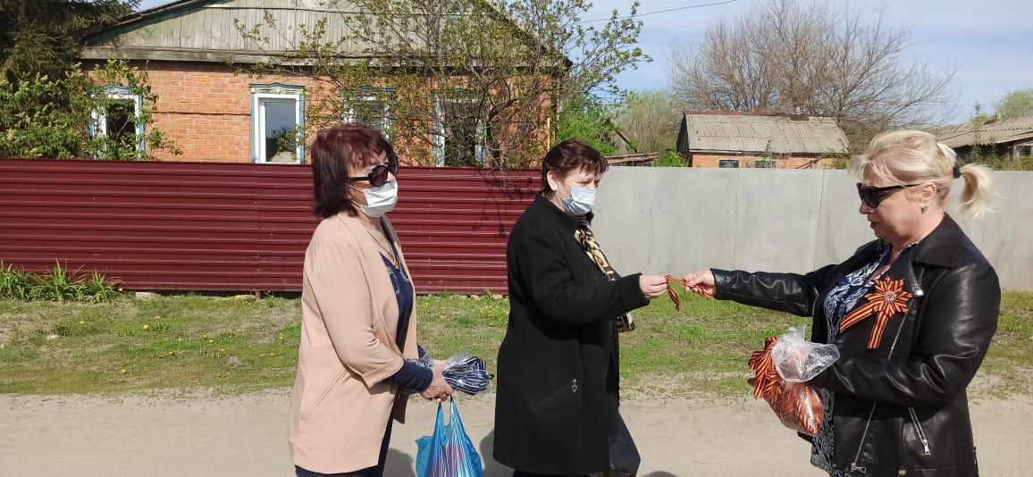 В преддверии Дня Победы в Дегтево  волонтеры раздали георгиевские ленточки