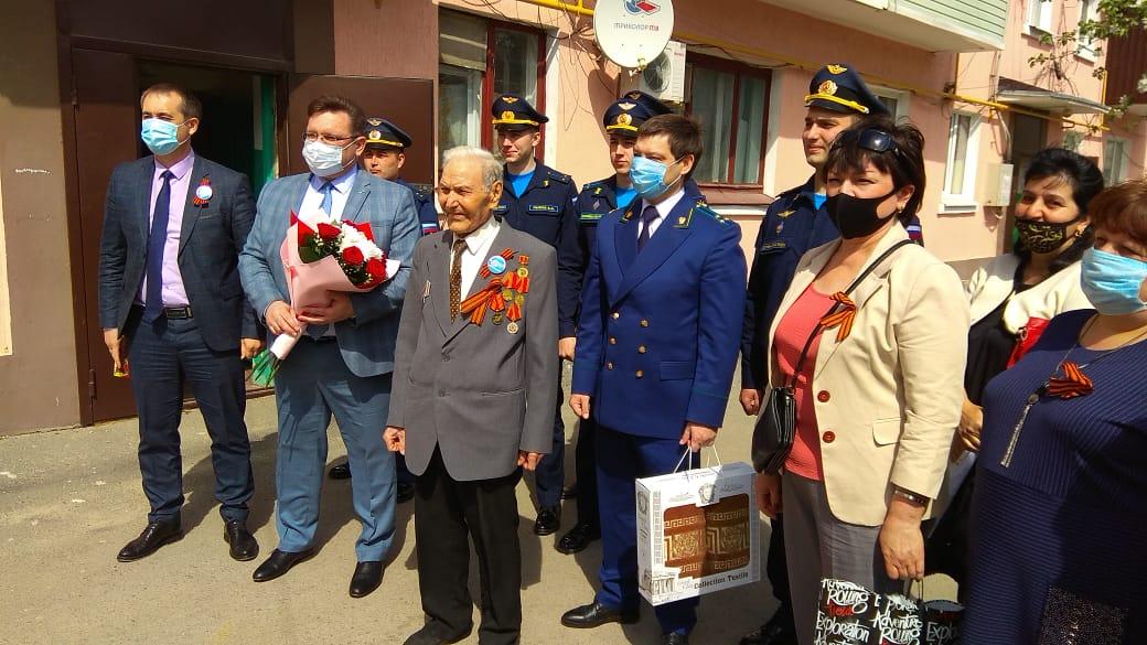 Миллеровские единороссы поздравляют фронтовиков, которые проживают в городе Миллерово  и районе