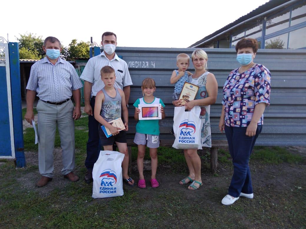 Проект «Единой России»: многодетная семья в Миллеровском районе получила подарки