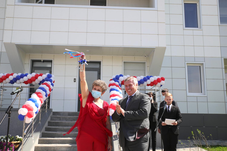 Пострадавшие дольщики Батайска получили от губернатора ключи в новые квартиры