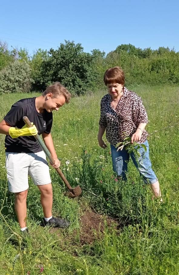 Ученики миллеровского лицея №7 совместно  с представителями отделения партии «Единая Россия» провели экологический субботник