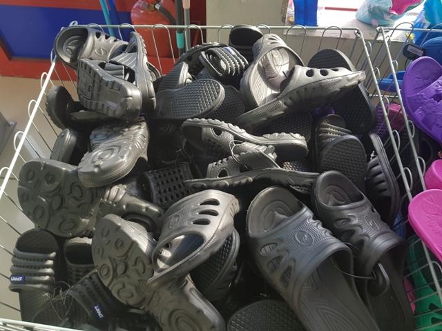 Более 1000 пар обуви без маркировки выявили ростовские таможенники