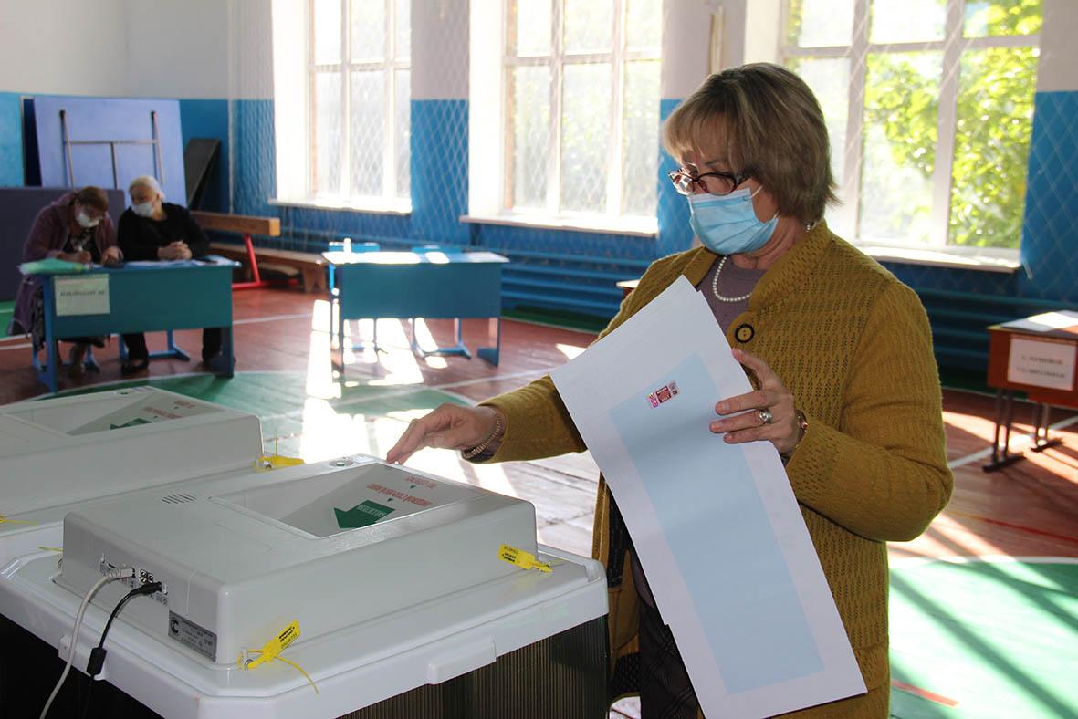 В хуторе Терновом жители охотно идут на избирательные участки и голосуют на электронных урнах