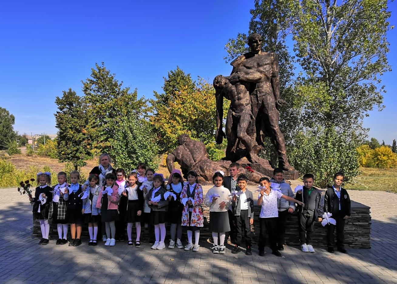 Чтобы память жила: учащиеся школы № 8 города Миллерово возложили цветы к мемориалу  «Жертвам фашизма»