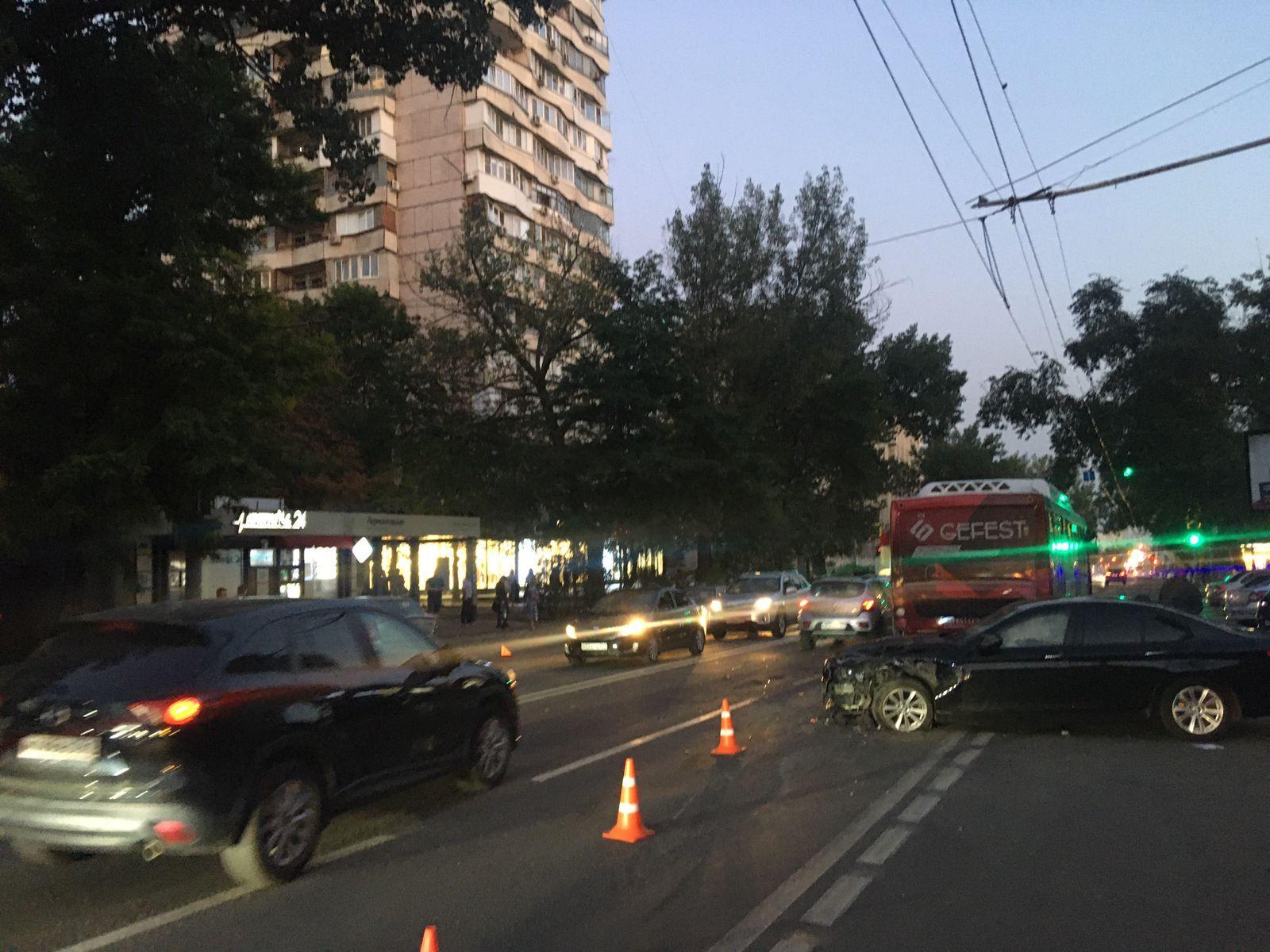 BMW, Reno и автобус: в Ростове произошло тройное ДТП