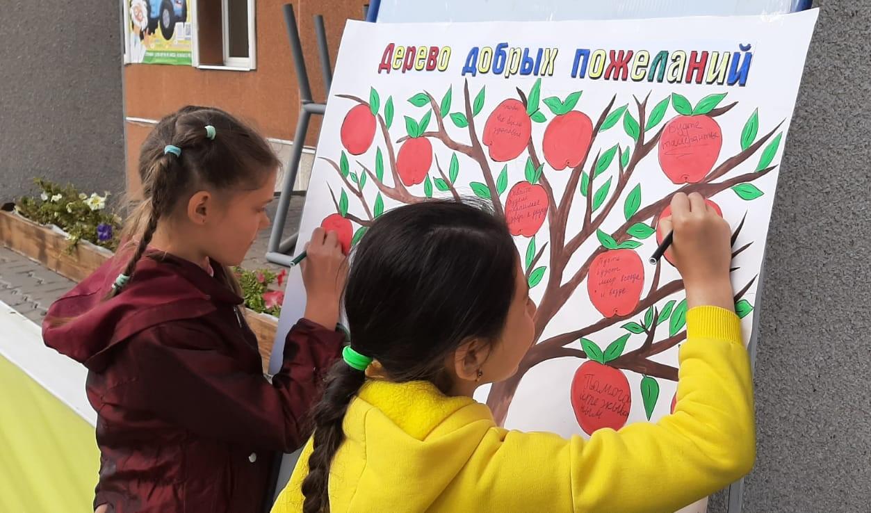 В ДК Миллеровского района прошли акции «Дерево добрых пожеланий» и «Подари радость людям»