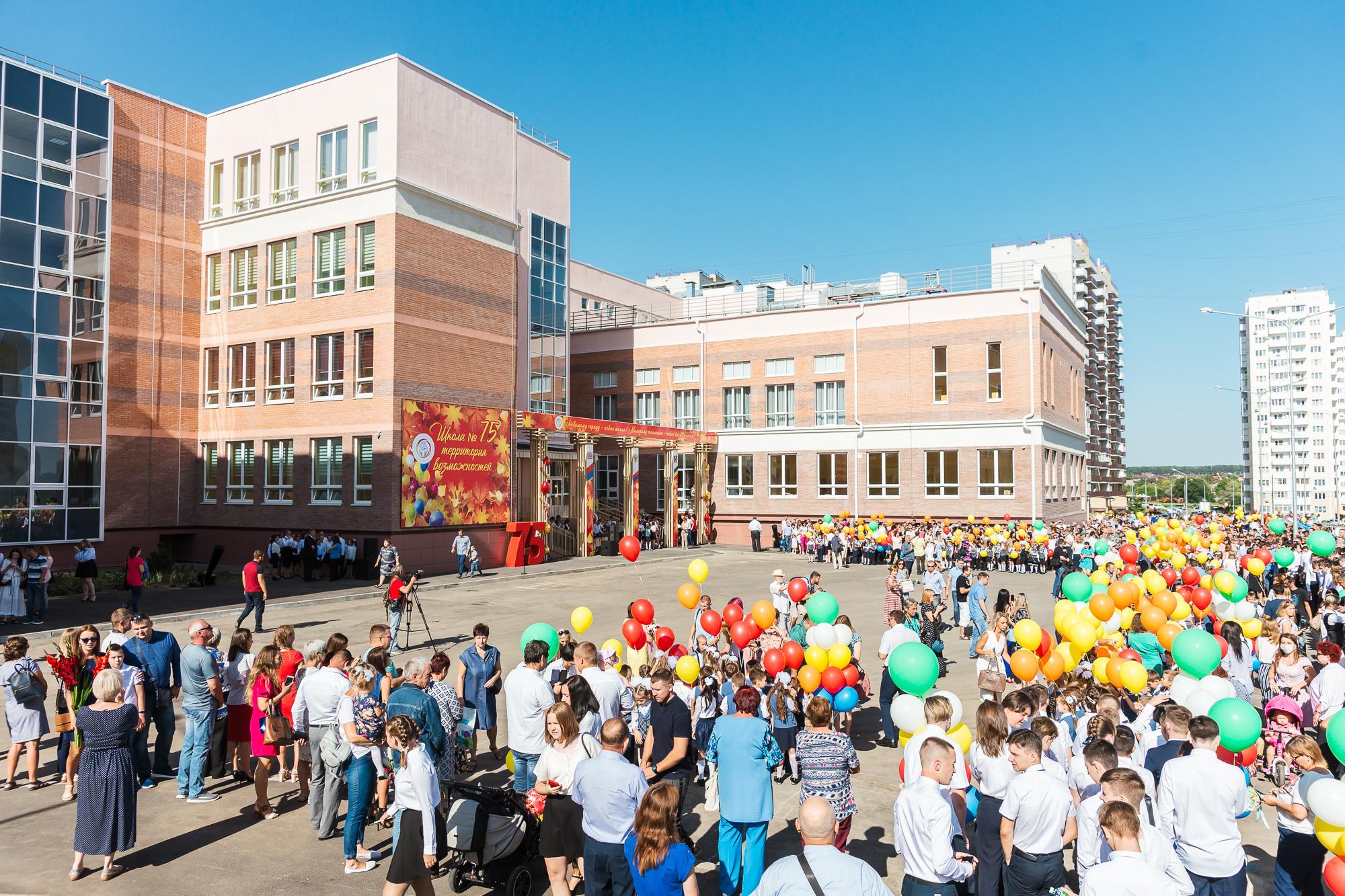 От «А» до «Ф»: 20 первых классов открыли в самой большой ростовской школе