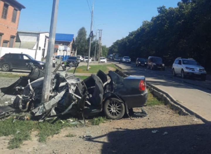 Влетел в столб: в Ростове водитель иномарки не справился с управлением